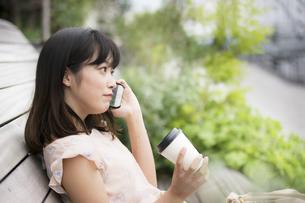 スマホで通話する女性の素材 [FYI00491576]