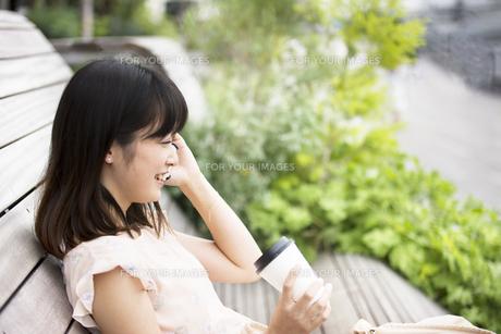 スマホで通話する女性の素材 [FYI00491577]