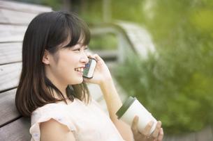 スマホで通話する女性の素材 [FYI00491583]