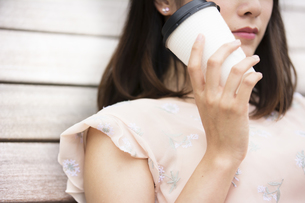 コーヒーを持つ女性の素材 [FYI00491587]