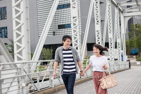 散歩するカップルの素材 [FYI00491616]