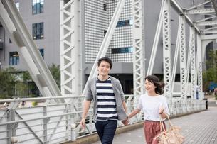 散歩するカップルの素材 [FYI00491622]