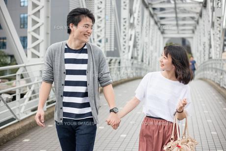 散歩するカップルの素材 [FYI00491627]