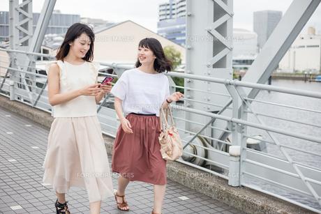 街を歩く女性2人の素材 [FYI00491634]