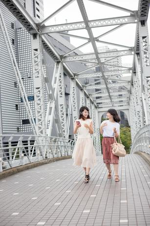街を歩く女性2人の素材 [FYI00491638]