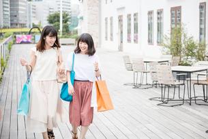 ショッピングをする女性2人の素材 [FYI00491641]