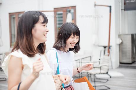 ショッピングをする女性2人の素材 [FYI00491644]