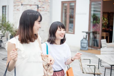 ショッピングをする女性2人の素材 [FYI00491647]