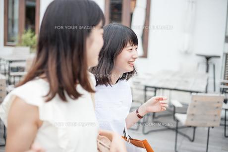 ショッピングをする女性2人の素材 [FYI00491650]