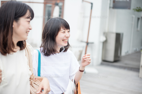 ショッピングをする女性2人の素材 [FYI00491654]