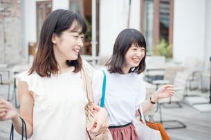 ショッピングをする女性2人の素材 [FYI00491657]