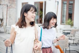 ショッピングをする女性2人の素材 [FYI00491659]