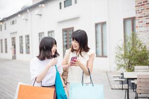ショッピングをする女性2人の素材 [FYI00491666]