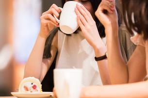 カフェでくつろぐ女性の素材 [FYI00491681]