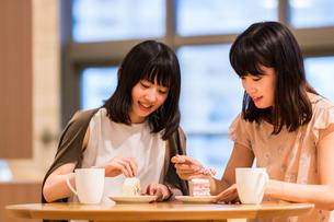 カフェでくつろぐ女性の写真素材 [FYI00491682]