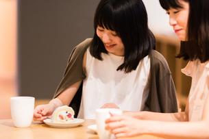 カフェでくつろぐ女性の素材 [FYI00491684]