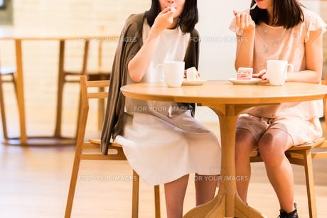 カフェでくつろぐ女性の素材 [FYI00491690]
