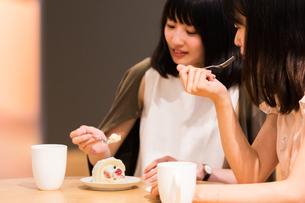 カフェでくつろぐ女性の写真素材 [FYI00491693]
