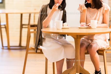 カフェでくつろぐ女性の素材 [FYI00491696]