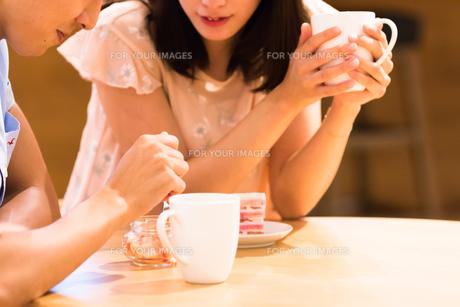 カフェでくつろぐカップルの素材 [FYI00491698]