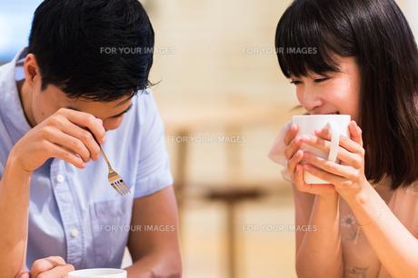 カフェでくつろぐカップルの素材 [FYI00491702]