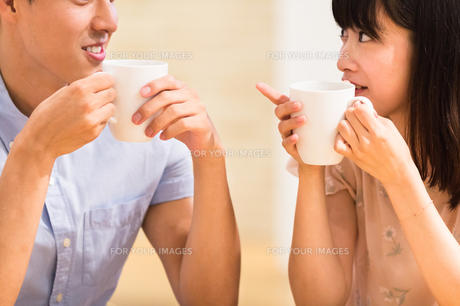カフェでくつろぐカップルの素材 [FYI00491706]