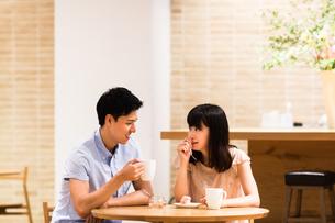 カフェでくつろぐカップルの写真素材 [FYI00491709]
