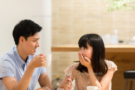 カフェでくつろぐカップルの素材 [FYI00491710]