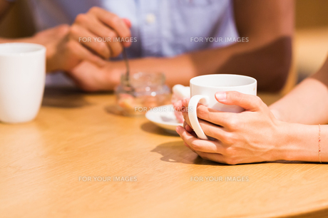 カフェでくつろぐカップルの手元の素材 [FYI00491711]