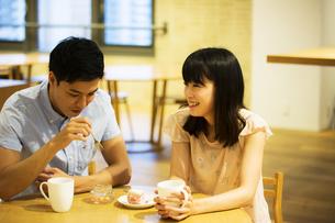 カフェで話すカップルの素材 [FYI00491712]
