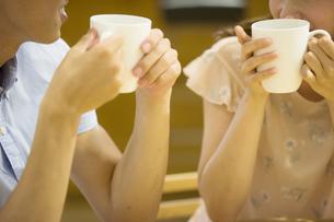 カフェで話すカップルの素材 [FYI00491713]