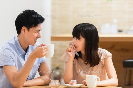 カフェでくつろぐカップルの素材 [FYI00491715]