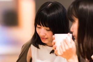 カフェでくつろぐ女性の素材 [FYI00491716]