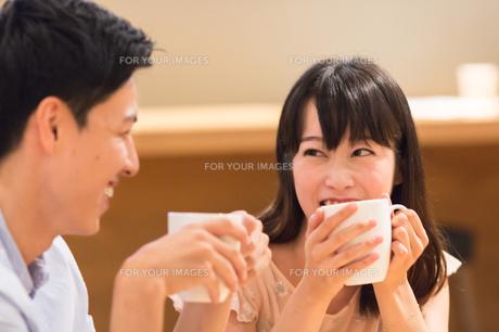 カフェでくつろぐカップルの素材 [FYI00491720]