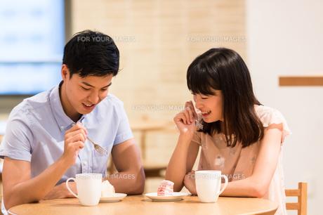 カフェでくつろぐカップルの素材 [FYI00491721]