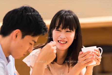 カフェでくつろぐカップルの素材 [FYI00491722]