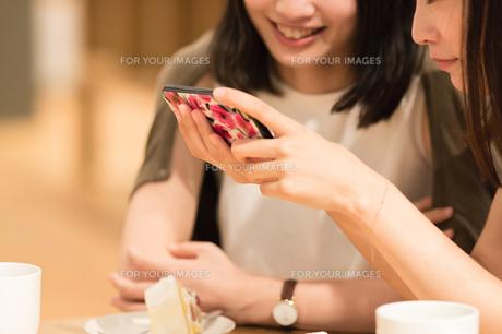カフェでくつろぐ女性の素材 [FYI00491723]