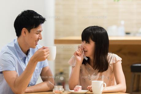 カフェでくつろぐカップルの素材 [FYI00491724]