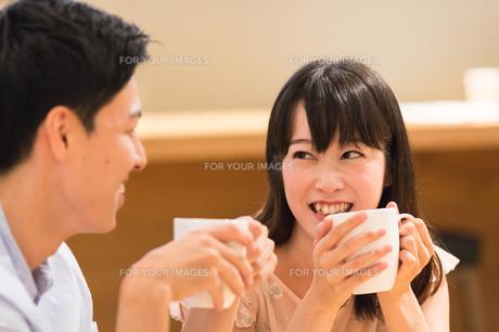 カフェでくつろぐカップルの素材 [FYI00491726]