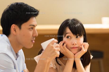 カフェでくつろぐカップルの素材 [FYI00491727]