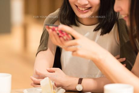 カフェでくつろぐ女性の素材 [FYI00491728]