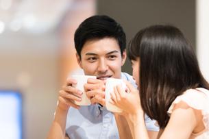カフェでくつろぐカップルの素材 [FYI00491731]