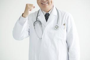 ガッツポーズをする医者の写真素材 [FYI00491735]