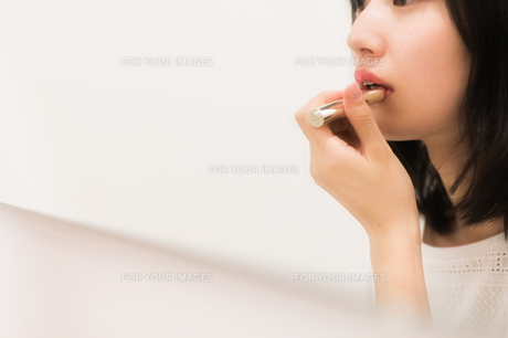 お化粧直しをする女性の写真素材 [FYI00491741]