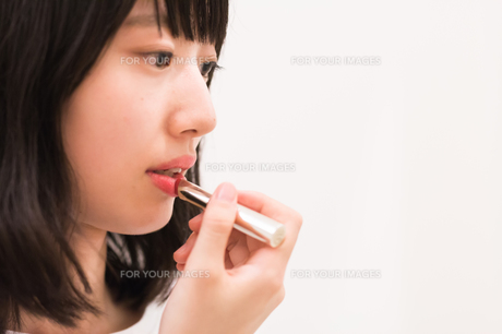 お化粧直しをする女性の写真素材 [FYI00491745]
