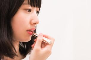 お化粧直しをする女性の素材 [FYI00491745]