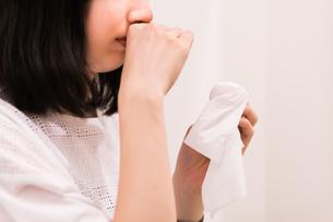 鼻をかむ女性の素材 [FYI00491747]