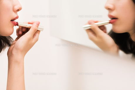 お化粧直しをする女性の写真素材 [FYI00491750]