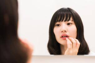 お化粧直しをする女性の素材 [FYI00491753]