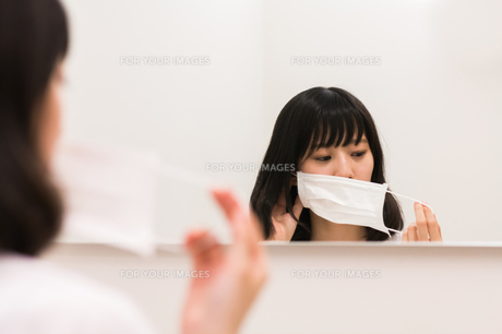 マスクをする女性の写真素材 [FYI00491756]